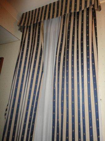 Hotel de Paris : tende rotte in camera