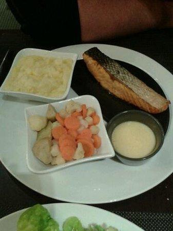 Novotel Mulhouse Sausheim : Pavé de saumon, poélée de légumes et purée au beurre