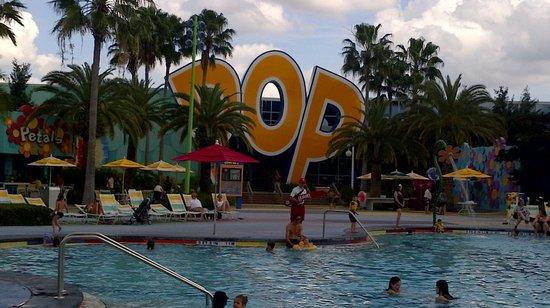 Disney's Pop Century Resort : Pool area, clean and fun.