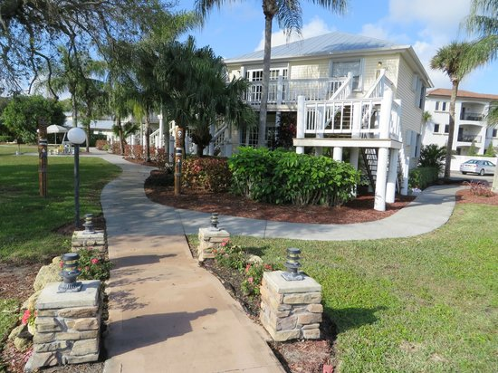 Oyster Pointe & Oyster Bay Resort: Walkway to unit 21A