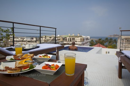 Casa de Isabella - a Kali Hotel: Breakfast delivered to us at our own pool !!!