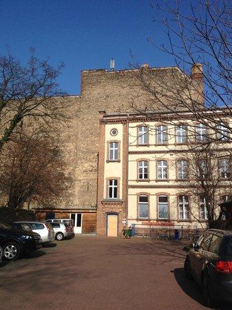 A & O Hotel & Hostel Friedrichshain: Vista hotel da giardino interno