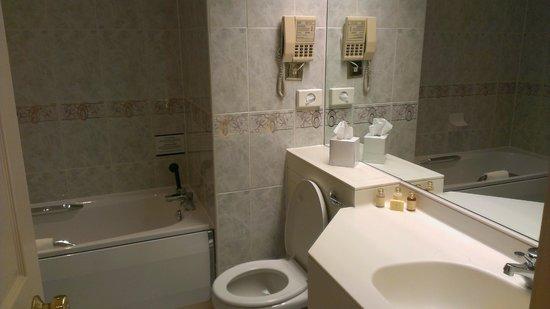 Hallmark Hotel Derby Midland: Bathroom had everything