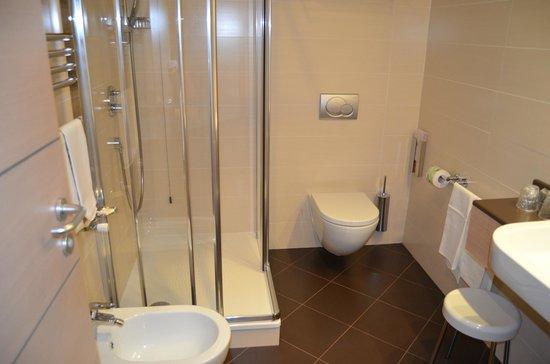 iQ Hotel Roma: Baño con ducha limpio y de estreno