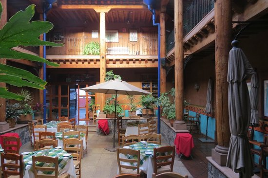 Hotel Casa del Refugio: Dining area with rooms upstairs