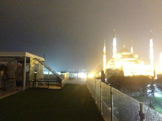 Armagrandi Spina Istanbul: Do terraço, uma noite fria e chuvosa.