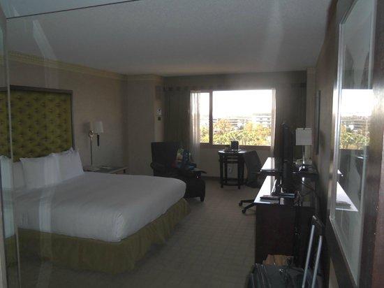 Hilton Long Beach: Looking in from door