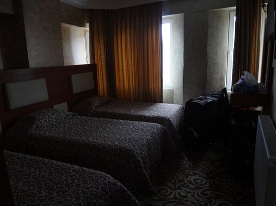 Kaya Madrid Hotel : triple bed room