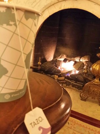 Kent Manor Inn: Tea and the fire downstairs