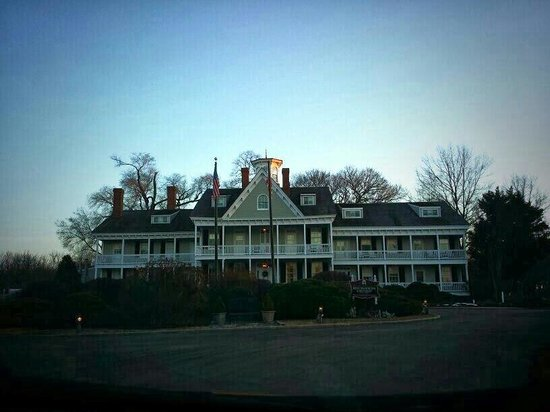Waterfront Historic Kent Manor Inn: A gorgeous evening.  Quiet and peaceful.