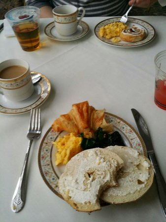 Kent Manor Inn: Absolutely lovely breakfast every morning.  We let them know we are vegetarian and they were so