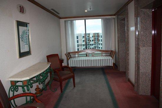 Sabah Oriental Hotel: Холл возле лифта