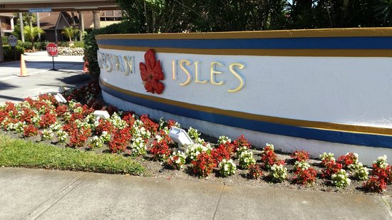 Polynesian Isles Resort: Flowers at front gate
