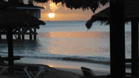 Halcyon Cove by Rex Resorts: En face du Halcyon Cove by Rex, coucher de soleil