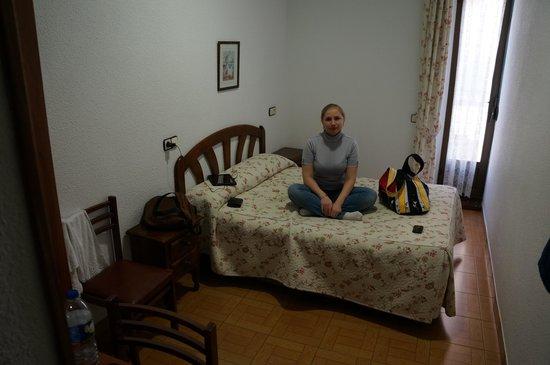 Hostal San Antonio: Комната, вид с другой стороны