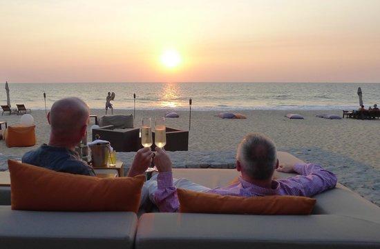 Aleenta Resort & Spa Phuket Phangnga : ein Glas zum Sonnenuntergang
