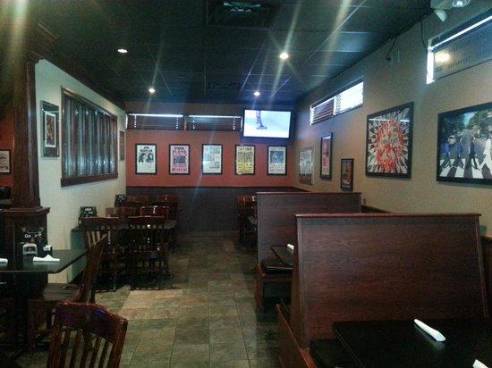 Mojo's Pub n Grill: Inside