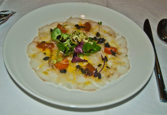 Sibariz Restaurante: Carpaccio de bakalao en ensalada con caviar de oricios y olivada,