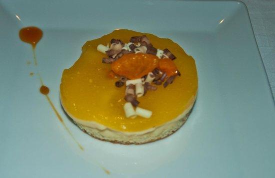 Sibariz Restaurante: Timbal de manzana con guellé de naranja y crujientes de chocolate.