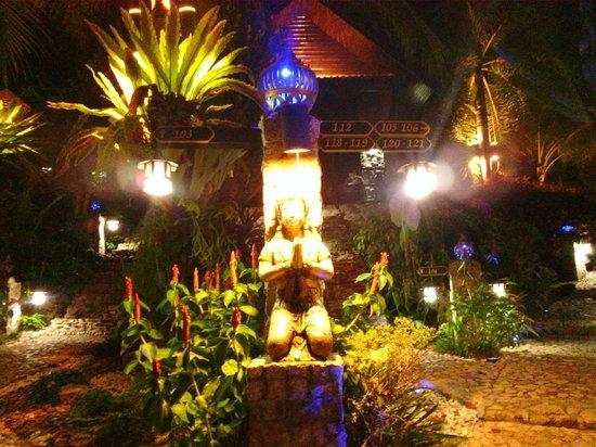 Boomerang Village Resort : at night