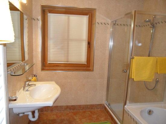 Bagno con doccia e vasca da bagno picture of agriturismo stauderhof villabassa tripadvisor - Vasca da bagno in cemento ...
