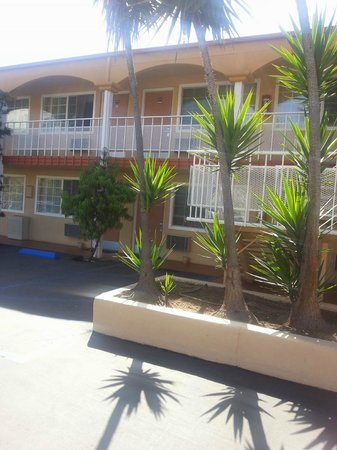 Pacific Inn Hotel & Suites: View of rooms from outside