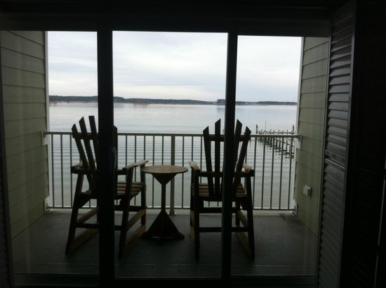 Island Inn and Suites: Looking out of the room onto the porch