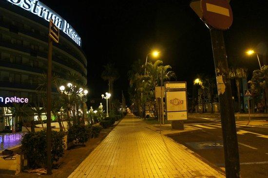 Mediterranean Palace Hotel: Вечером у отеля