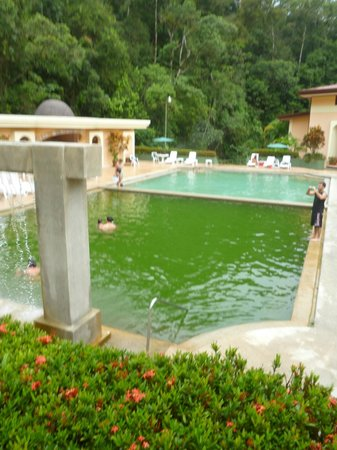 El Tucano Resort & Thermal Spa: Piscina con agua termal(verde) y la otra con agua fría