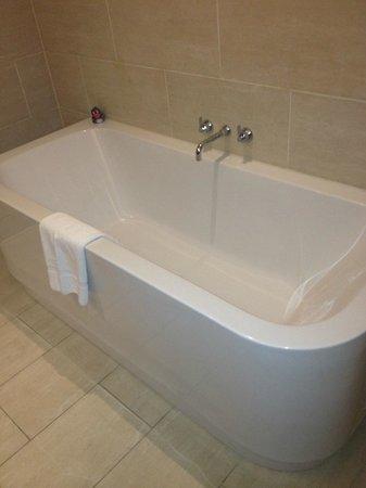 Apex Waterloo Place Hotel : Massive Bath