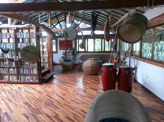 Hosteria Mandala: Salón de música y libros