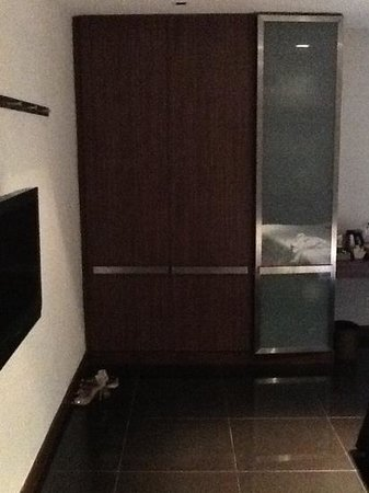 S33 Compact Sukhumvit Hotel: drawer and tv