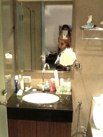 S33 Compact Sukhumvit Hotel : toilet and shower