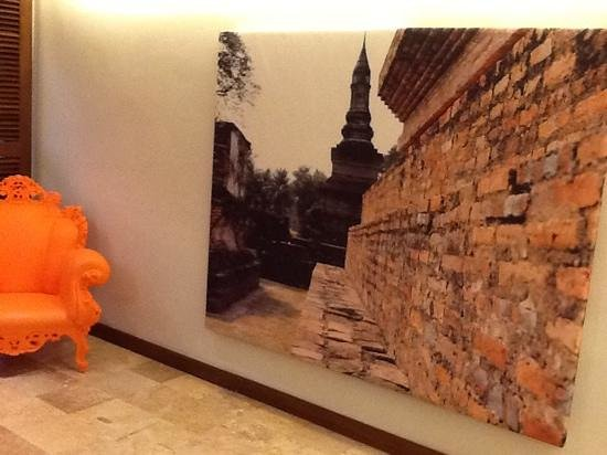 S33 Compact Sukhumvit Hotel : corridor with a nice decor and colorful chair
