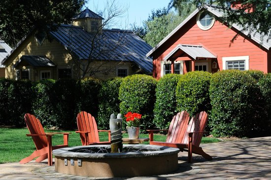 The Cottages of Napa Valley: seating around the fountain