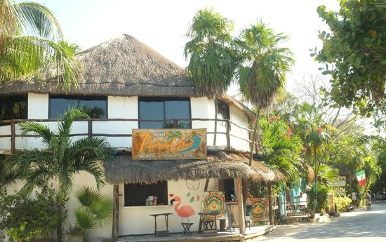 Amelie Tulum : Entrance to the Hotel on the road.