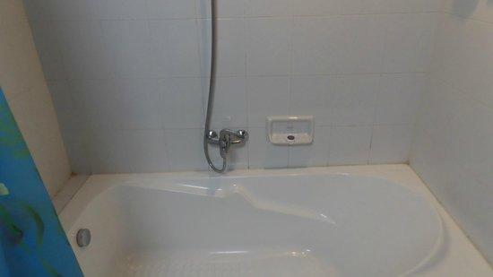 Shwe Ingyinn Hotel: Badewanne/dusche