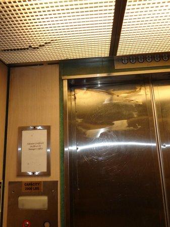 Seagull Hotel Miami South Beach: Ascensor todo roto, de los dos uno roto