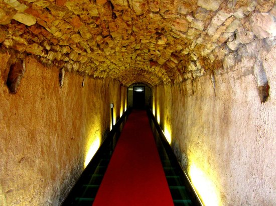 Nun Assisi Relais & Spa Museum: Roman tunnel leading up to parking infront of hotel