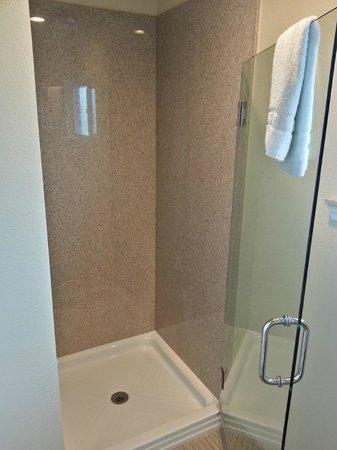 Avenue Inn Downtown San Luis Obispo: Shower