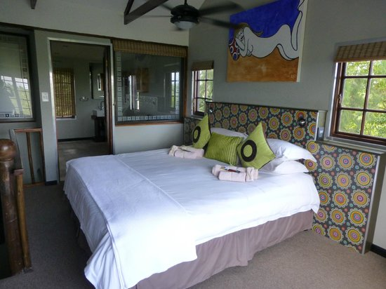 Hog Hollow Country Lodge: Bedroom and bathroom