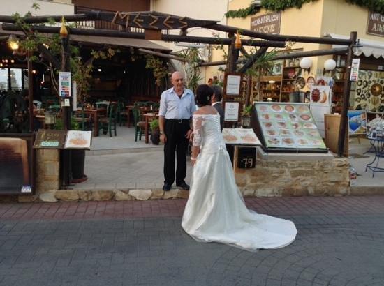 MEZES by Alex&Christine : Alex staat zelfs een bruidje binnen te praten. Of het gelukt is? de liefde van de man gaat door