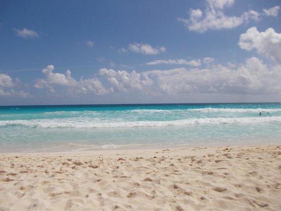 Bel Air Collection Resort & Spa Cancun: coucher sur le sable la mer au pied