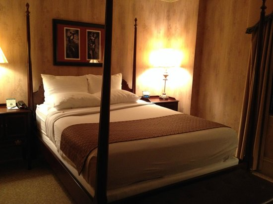 The Dunhill Hotel: Historic 4 poster bed