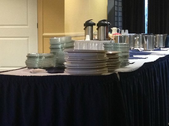 Harrisburg Hotel: Mismatched plates- some were dirty