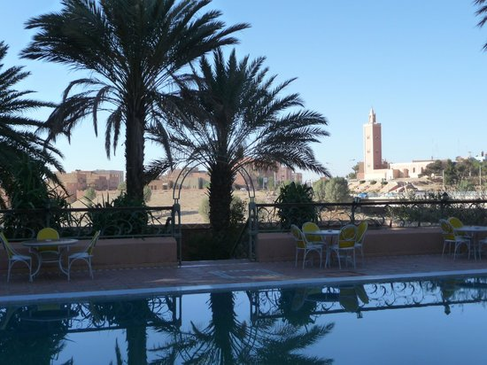 Kenzi Rissani Hotel: Vue sur la ville depuis la piscine