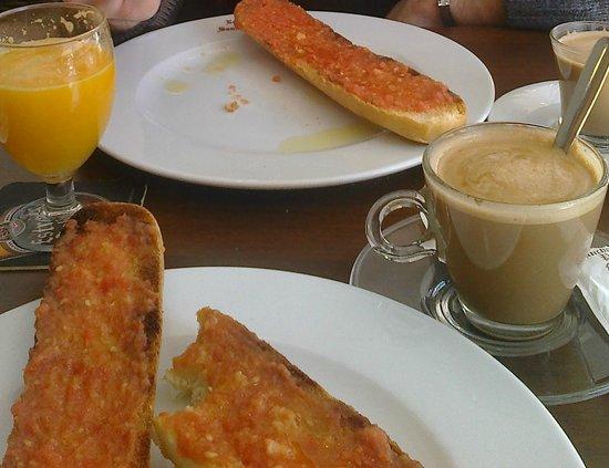 Restaurante Sancho Panza: Desayuno completo: tostadas, café y zumo de naranja natural