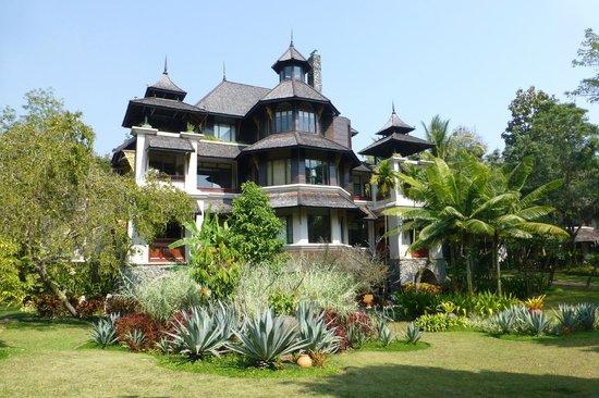 Lana Thai Villa: La Villa avec les 2 terrasses encadrant le salon privé (lampe)