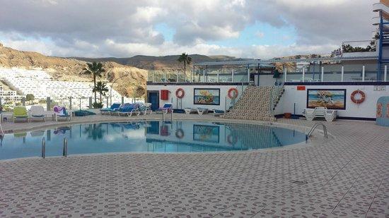 Puerto Feliz Aparthotel: Den skuggiga poolen