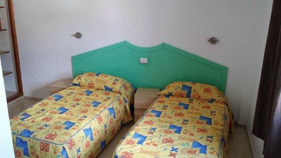 Puerto Feliz Aparthotel: Sovrummet